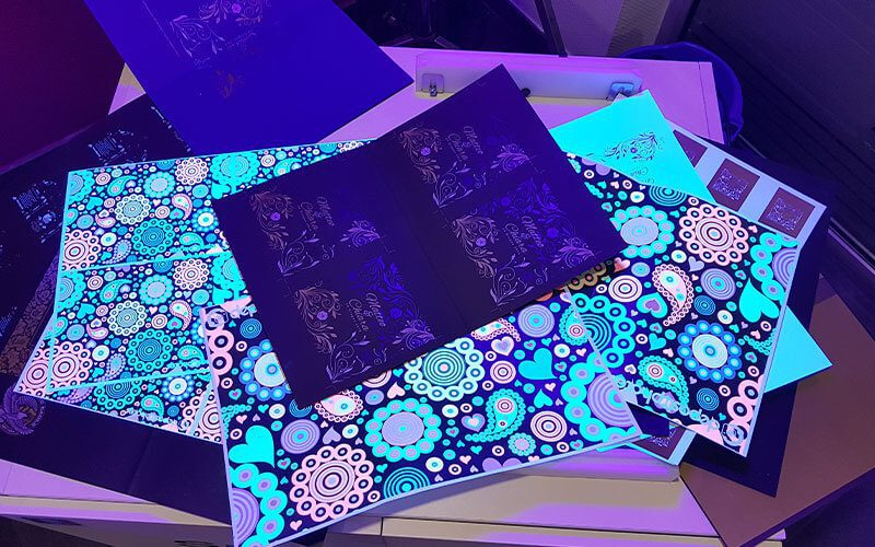 Tous les regards étaient posés sur la multitude d'expériences chromatique de cette presse : Impression Fluorescente, Impression en Or, Argent, Blanche et transparente, effets 3D sur un document imprimé en 2D, Impression sur papier noir et sombre.