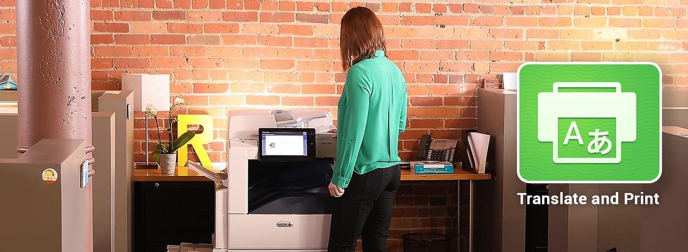 Femme utilisant une imprimante